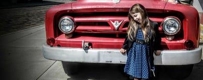 Vecchio motore rosso e giovane ragazza blu Fotografia Stock Libera da Diritti