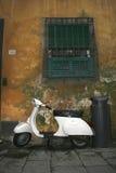 Vecchio motorino bianco sulla strada Fotografie Stock