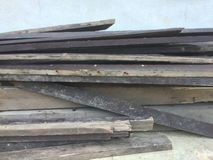 Vecchio mucchio di legno della plancia sulla parete blu fotografie stock libere da diritti