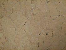 Vecchio mudwall con molte crepe immagine stock