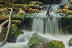 Vecchio, mulino a acqua abbandonato con le correnti dell'acqua e piccole cascate Fotografie Stock