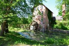 Vecchio mulino del grano da macinare abbellito dagli alberi ombreggiati in Indiana fotografia stock