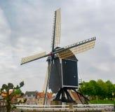 Vecchio mulino di vento di legno scuro in Heusden, il Brabante Settentrionale, Paesi Bassi fotografie stock libere da diritti