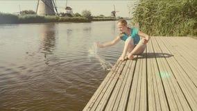 Vecchio mulino di vento in Olanda I Paesi Bassi stock footage