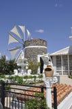 Vecchio mulino di vento vicino ad un'officina ceramica dalla caverna di Zeus Neighborhood nell'isola di Creta della Grecia fotografia stock libera da diritti