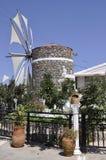 Vecchio mulino di vento vicino ad un'officina ceramica dalla caverna di Zeus Neighborhood nell'isola di Creta della Grecia fotografia stock