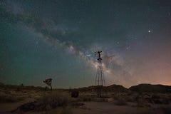 Vecchio mulino a vento alla notte in Joshua Tree Fotografia Stock