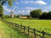 Vecchio mulino a vento, cielo nuvoloso blu. Fotografia Stock