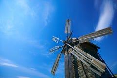 Vecchio mulino a vento con cielo blu Immagini Stock Libere da Diritti