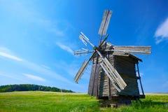 Vecchio mulino a vento con cielo blu Fotografia Stock Libera da Diritti