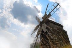 Vecchio mulino a vento con il cielo nuvoloso Fotografia Stock