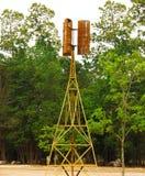 Vecchio mulino a vento con l'albero nell'entroterra della Tailandia Fotografia Stock