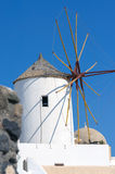 Vecchio mulino a vento della città al giorno soleggiato, isola di Santorini, Grecia di OIA Fotografia Stock Libera da Diritti