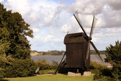 Vecchio mulino a vento di legno danese Immagine Stock
