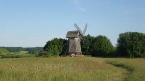 Vecchio mulino a vento di legno nel campo, giorno di estate soleggiato Mikhailovskoe, montagne di Pushkin stock footage