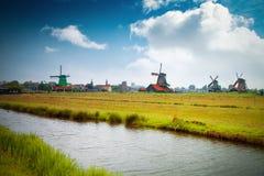Vecchio mulino a vento di legno olandese tradizionale in Zaanse Schans Immagini Stock Libere da Diritti