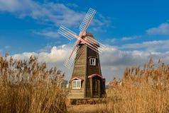 Vecchio mulino a vento di legno olandese tradizionale in Zaanse Schans - museo immagini stock libere da diritti