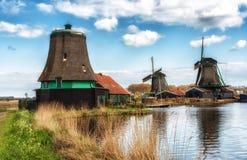 Vecchio mulino a vento di legno olandese tradizionale in Zaanse Schans - museo Fotografie Stock Libere da Diritti