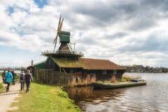 Vecchio mulino a vento di legno olandese tradizionale in Zaanse Schans - museo Fotografia Stock Libera da Diritti