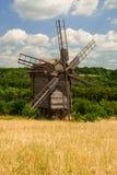 Vecchio mulino a vento di legno su un campo, Pyrohiv, Ucraina fotografia stock libera da diritti
