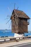 Vecchio mulino a vento di legno sulla costa di mare, il punto di riferimento più popolare fotografia stock