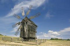 Vecchio mulino a vento di legno in un campo Fotografia Stock Libera da Diritti