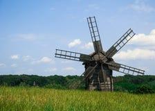 Vecchio mulino a vento di legno in un prato Fotografie Stock Libere da Diritti