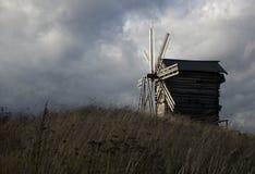 Vecchio mulino a vento e cielo nuvoloso Immagini Stock