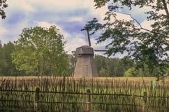 Vecchio mulino a vento e un recinto di legno Fotografie Stock Libere da Diritti