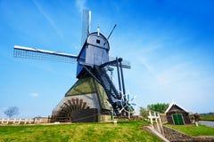 Vecchio mulino a vento girante di pompaggio dell'acqua in Olanda Fotografie Stock