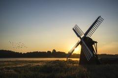 Vecchio mulino a vento nel paesaggio nebbioso della campagna in Inghilterra Fotografia Stock Libera da Diritti