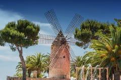 Vecchio mulino a vento nello stile spagnolo Fotografia Stock