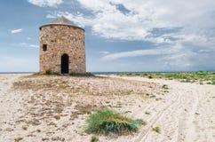 Vecchio mulino a vento sulla spiaggia Fotografie Stock Libere da Diritti