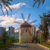 Vecchio mulino a vento tradizionale al parco pubblico nel giorno di estate soleggiato Immagine Stock