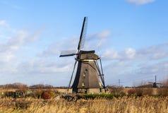 Vecchio, mulino a vento tradizionale nei canali olandesi netherlands Le nuvole bianche su un cielo blu, il vento sta soffiando Immagini Stock