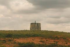 Vecchio mulino a vento un giorno nuvoloso fotografie stock libere da diritti