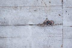 Vecchio muro di cemento con il bullone fotografia stock libera da diritti