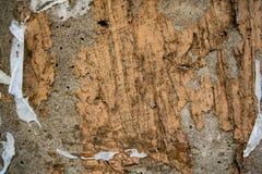 Vecchio muro di cemento con le tracce di colla dagli annunci immagine stock