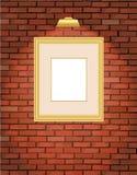 Vecchio muro di mattoni con il blocco per grafici dell'oro Fotografia Stock
