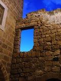 Vecchio muro di mattoni con l'arco fotografia stock libera da diritti