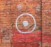 Vecchio muro di mattoni con l'obiettivo dipinto fotografia stock libera da diritti