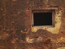 Vecchio muro di mattoni con la finestra Fotografia Stock Libera da Diritti
