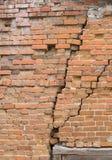 Vecchio muro di mattoni con le crepe Immagini Stock