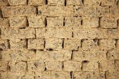 Vecchio muro di mattoni del fango Immagini Stock