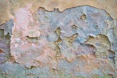 Vecchio muro di mattoni del fondo con i resti di gesso Fotografia Stock
