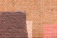 Vecchio muro di mattoni dipinto nei colori differenti fotografie stock libere da diritti