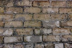 Vecchio muro di mattoni e mattoni mancanti in rovine fotografie stock
