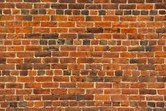 Vecchio muro di mattoni rosso con i lotti di struttura e di colore Fotografie Stock