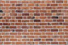 Vecchio muro di mattoni solido marrone-rosso stagionato d'annata naturale Abstra fotografie stock