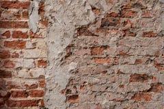 Vecchio muro di mattoni sporco d'annata con la pelatura del gesso, fondo, fine di struttura su Facciata misera della costruzione  immagini stock libere da diritti